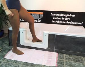 Nur wenige cm hoch ist die Badewannentür vom Boden entfernt.
